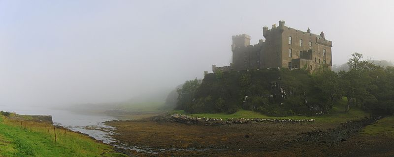 800px-Dunvegan Castle in the mist01editcrop 2007-08-22